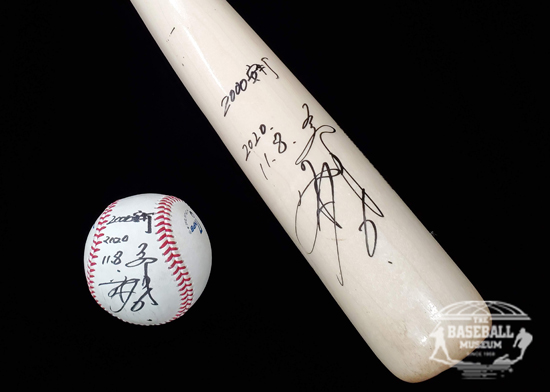 坂本勇人選手 通算2000安打達成記念展示」坂本勇人選手2000安打達成バット、達成球